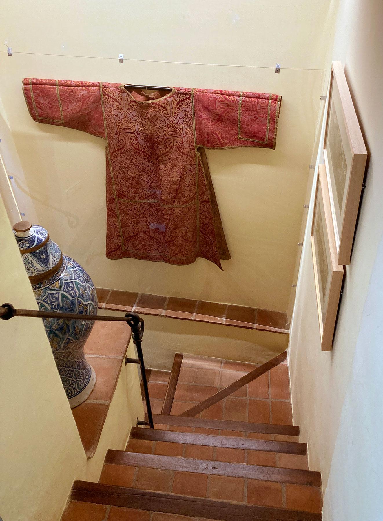 Escaleras con dalmática roja y oro expuesta