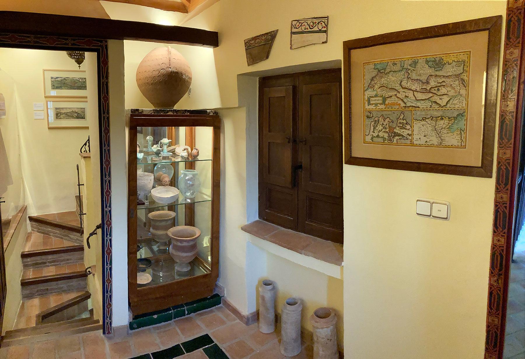 Vitrina con piezas del periodo medieval de la Sala Albaicín