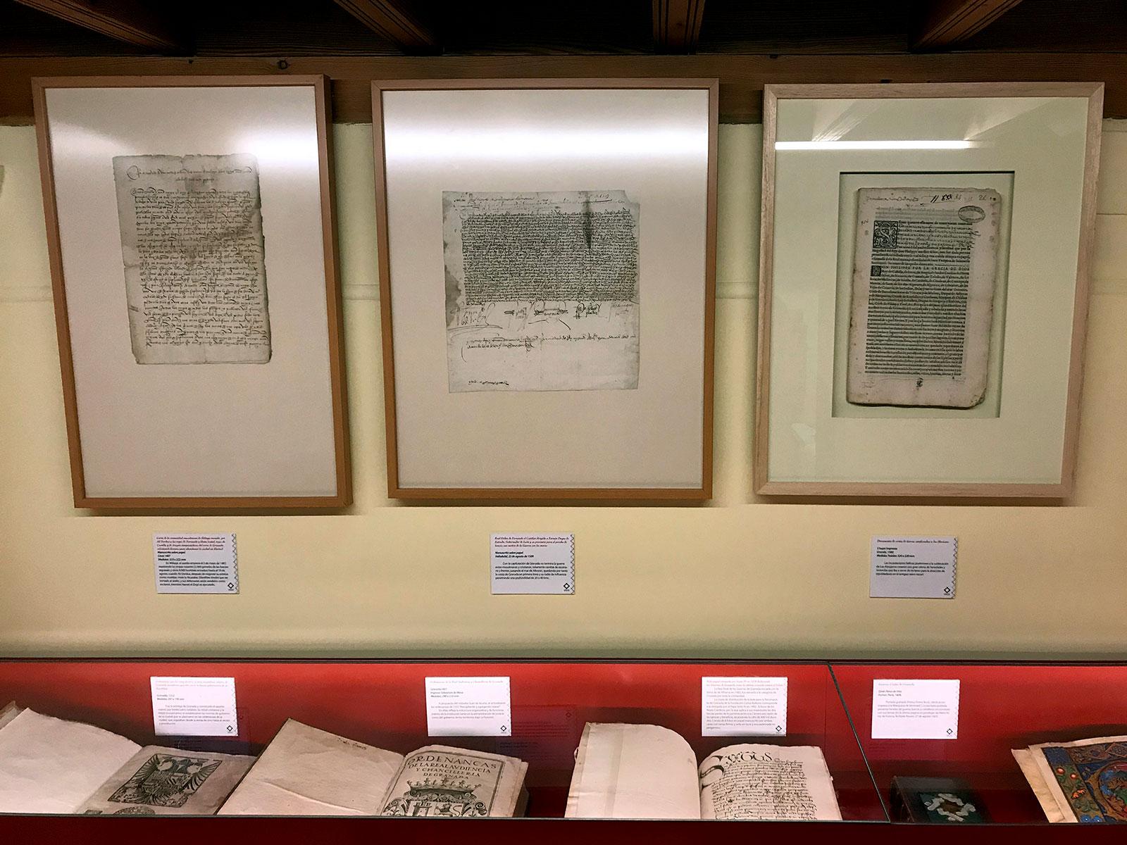 Documentos bibliográficos expuestos en la Sala Reino de Granada