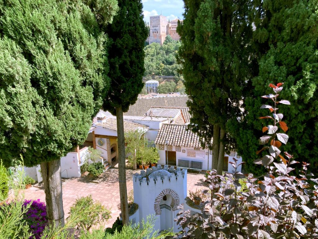 Vista del mihrab con la Alhambra al fondo