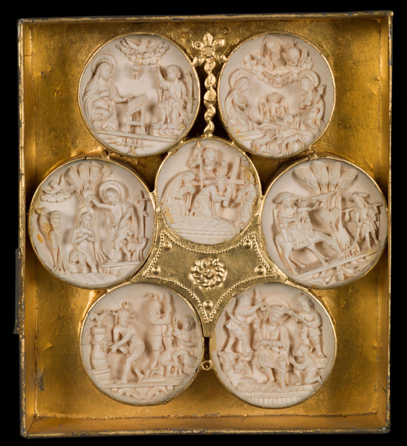 Conjunto de semiesferas agrupadas en un marco, propiedad del Museo del Prado.